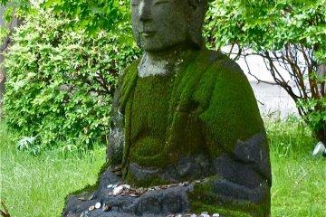 """รูปปั้นในสวนของโรงแรมจะบอกแก่คุณว่า """"ฉันอยู่ในญี่ปุ่น"""""""
