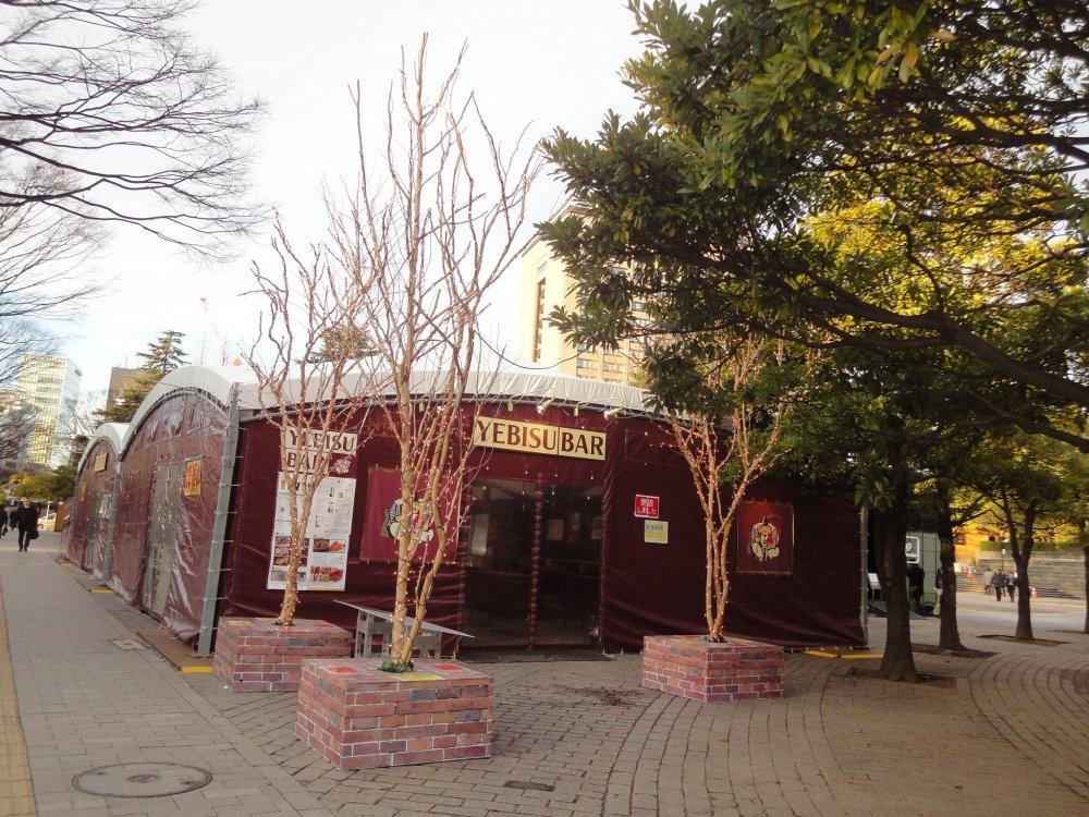 Bạn có thể ăn uống tại chiếc lều này, nó được đặc biệt chuẩn bị cho lễ hội ở Công viên Kotodai