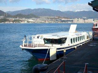 Terminal kapal sebagai pintu masuk Miyajima. Ada banyak ferry yang ukurannya lebih besar dan beroperasional lebih sering, namun menggunakan kapal jauh lebih menyenangkan. Kapal ini berasal dari kota Hiroshima, dan membutuhkan waktu 45 menit.