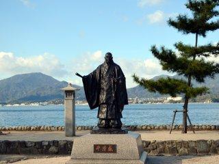 Patung Tairano Kiyomori, pemimpin pasukan militer di akhir periode Heian. Beliau yang membangun kembali Kuil Itsukushima di Miyajima menjadi bentuk yang sekarang.