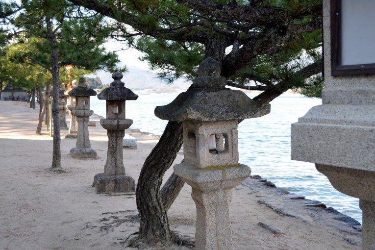 Đi dạo trên bãi biển đảo Miyajima