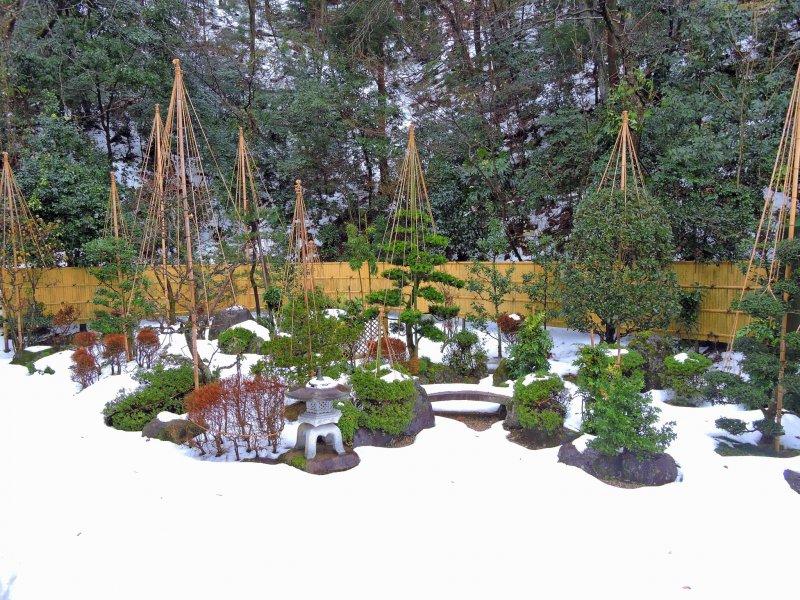 기도실에서 바라본 눈 덮인 일본 정원