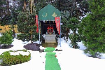일본정원 구석에 있는 작은 여우사당