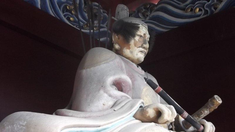 <p>신사 입구들 중 한 곳에 있던 수호신 동상</p>