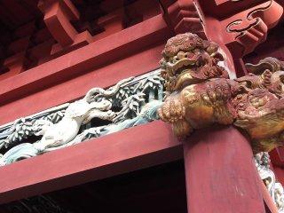Mais esculturas, incluindo leões com um ar feroz