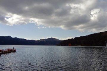 漂在天空的云使湖显得更为美丽