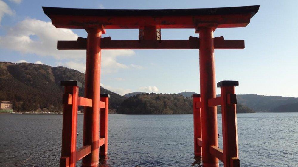 La porte du sanctuaire Hakone-jinja