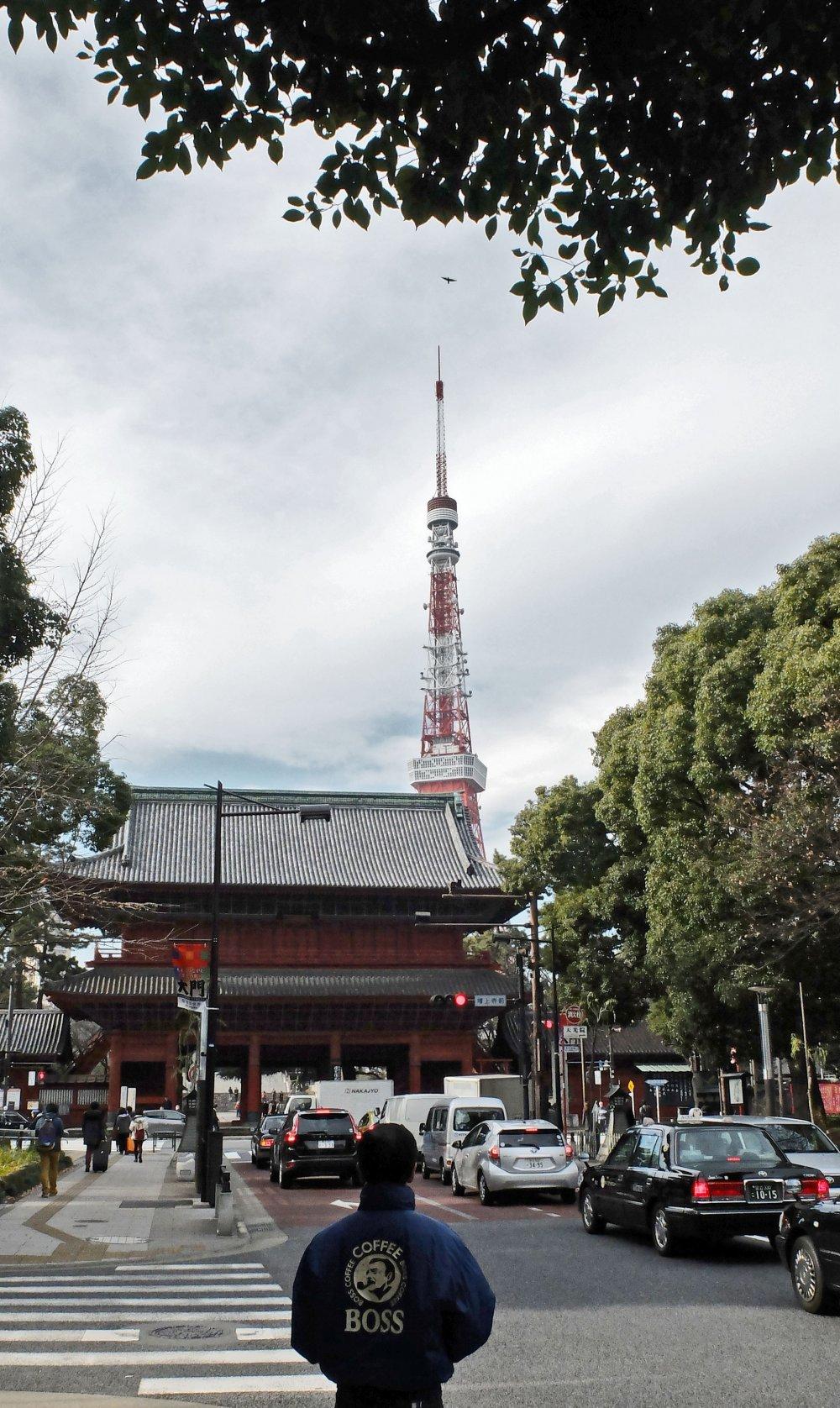 Токийскую телебашню можно увидеть издалека и она является важной частью города Токио.