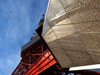 """Иной вид открывается между """"ногой"""" башни и зданием у ее подножия."""