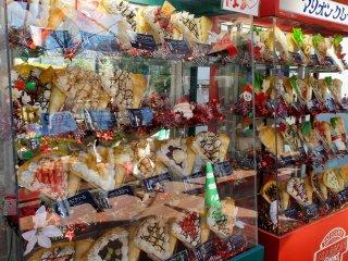 Там есть местный магазин блинчиков, где продаються как сладкие, так и обычные блинчики, которыми вы насладиться до входа в башню.
