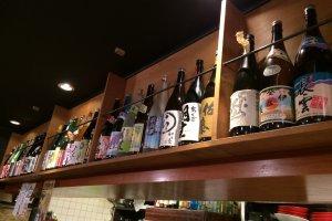 豊富な種類の日本酒がディスプレイされています。