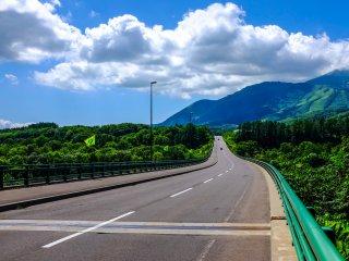 히라후 마을로 들어가는 생 모리츠 다리는 여름엔 매우 다른 모습을 보여준다. (히라후는 스키 리조트로 유명함)