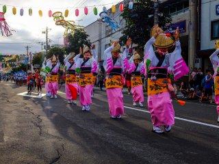 쿠찬 마츠리 중 길거리에서 춤추는 무용수들