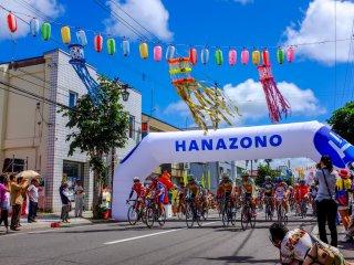 매해 열리는 하나조노 언덕 오르기는 일본 전역의 사이클링 선수들을 끌어모으는 경기이다.