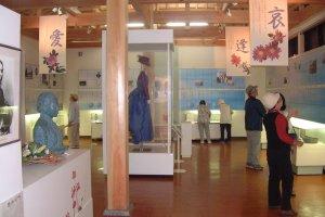 記念館の内部。舞台で使われた吟子の衣装も展示されている。