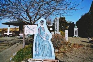 生誕の地史跡公園には、吟子の胸像、記念碑とともに、顔出しパネルもある。記念撮影にどうぞ。