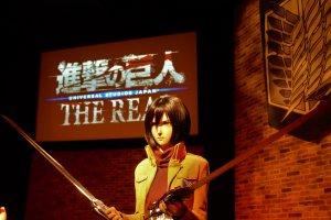 A atração Attack on Titan inclui várias personagens reais com o vestuário característico