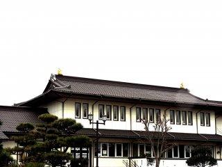 작은 성처럼 생긴 JR 후나오카 역