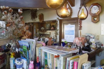 <p>All sorts of books, knick-knacks and decorations fill the remaining space in a homely kind of way</p>