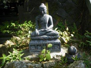 Одна из статуй на территории