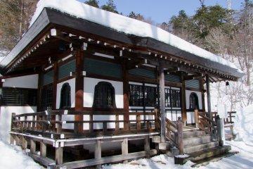 <p>Snow-covered Onsen-ji</p>
