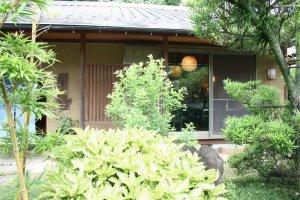 草木の緑を眺めながら、のんびりと食事を楽しめます