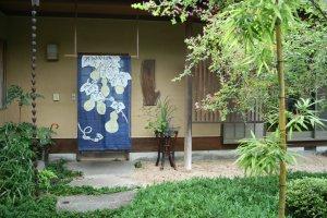 風情ある紫水庵入り口。庭園も素敵です。