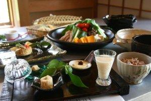 季節のあま酒、旬の野菜を使った豆乳鍋