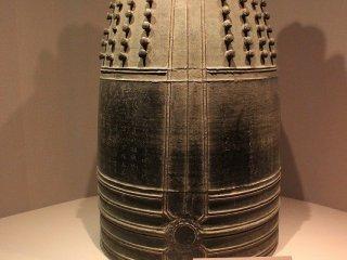 嘉暦(かりゃく)の梵鐘(ぼんしょう)。鎌倉時代(1327)の作。重要文化財。江戸時代に嘉永の梵鐘が鋳造されるまでの500年間、大梵鐘としての役目を果たし続けた