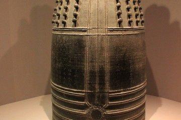 카랴쿠의 본쇼. 가마쿠라시대 (1327)의 작. 중요문화재. 에도시대에 카에이의 본쇼가 주조 될때까지 500년간, 대본쇼로서의 역할을 계속했다