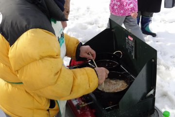 <p>Frying the fish into tempura on the river</p>