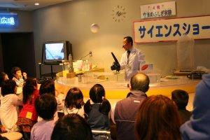 土日祝の15:10~30に開催される人気のサイエンスショー