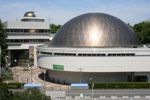 科学館の顔でもあるドーム型プラネタリウム