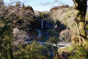 Premier point de vue sur les chutes Shiraito. Une vue incroyable