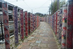 Barisan motif kimono yang ada persis di sebelah kereta randen, Arashiyama