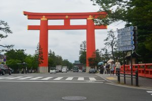 Gerbang raksasa di depan Kuil Heian