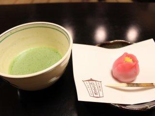 和菓子は「春東風(はるこち)」という椿をイメージした和菓子