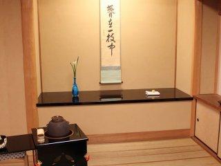 立ち振る舞いの茶席である。床の間に掛け軸、花器、香炉と、茶庵のしつらえが整っている