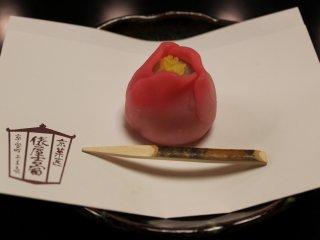 春東風(はるこち)。茶に添えられる上生菓子は24種類が季節の移ろいによって変わっていく
