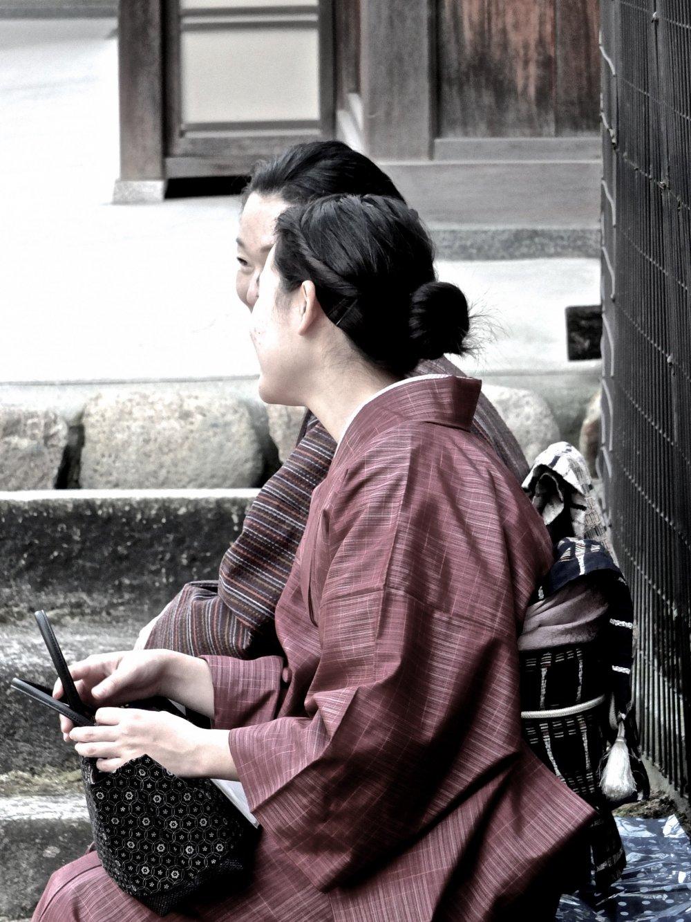 기모노를 입은 여인이 히로시마 현, 미야지마에서 즐거운 시간을 보내고 있다.