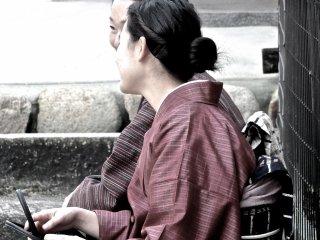 広島の宮島でおしゃべりを楽しむ着物姿の女性たち