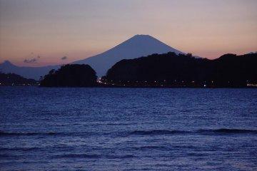 자이모쿠자 해변은 후지산의 사진을 찍기 위한 명소이다