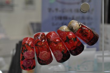 <p>Rose art nails</p>