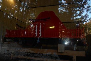 Переносной деревяный храм в форме горы Фудзи