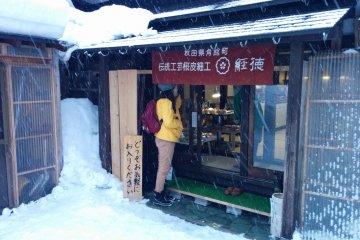 <p>Спасаясь от внезапной снежной бури в местном магазине</p>
