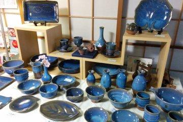 <p>Колорит местных керамических изделий сотвертствует сезону</p>