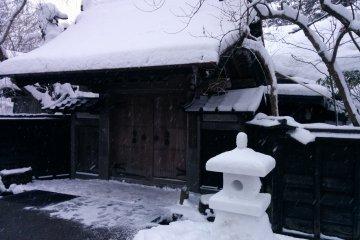 <p>Эти снежные фонари украшают улицы зимой</p>