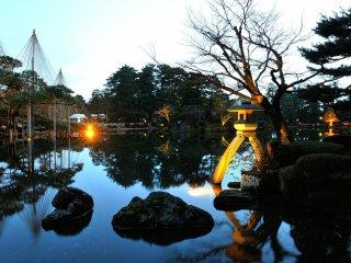 Đèn lồng Kotoji ở Ao Kasumigaike. Đây là nơi nổi tiếng nhất trong Vườn Kenrokuen.