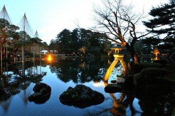 <p>Kotoji Lantern in Kasumigaike Pond. This is the most popular spot in Kenrokuen Garden.</p>