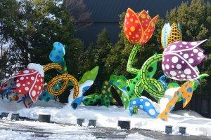 karya seni di halaman depan Matsumoto City Museum of Art